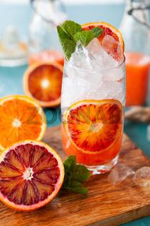Cocktail mit frischen Blutorangen