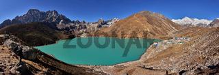 blick auf den Gokyo see und das Dorf Gokyo mit Mt. Cho Oyu in Nepal