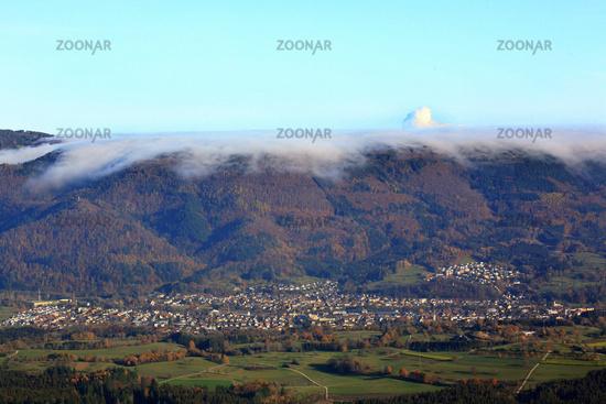 Wehr, Hochnebel über dem Hotzenwald. Aus der Nebeldecke ragt die Dampffahne des KKW Leibstadt