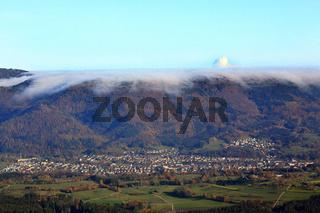 Wehr, Hochnebel über dem Hotzenwald. Aus der Nebeldecke ragt die Dampffahne des KKW Leibstadt.