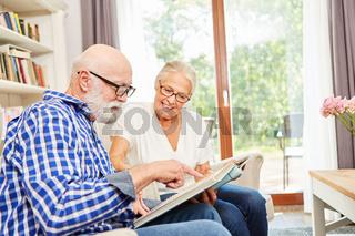 Paar Senioren mit Alzheimer betrachtet Fotoalbum