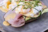 Eier Benedict auf einem gerösteten Brötchen