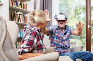 Senioren Paar spielt mit einer VR Brille