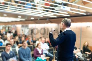 Sturtup expert giving talk at business event workshop.