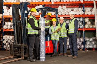 Erfolgreiches Logistik Team mit Gabelstapler