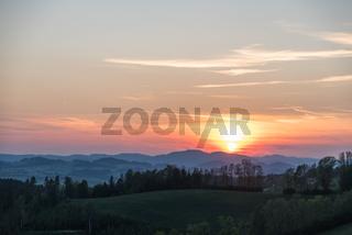 romantischer Sonnenuntergang mit Abendrot im laendlichen Gebiet