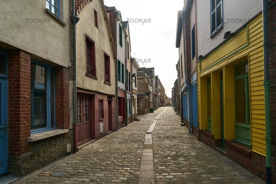 Leere Straße in Altstadt von Amiens, Frankreich
