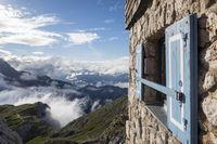 Fenster der Meiler-Hütte in den Alpen