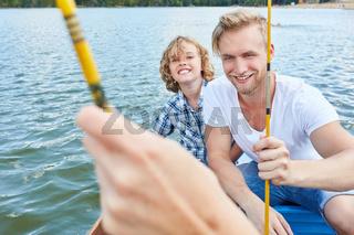 Vater und Sohn beim Angeln im Sommer