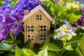 Holzhaus im Grünen mit Blumen