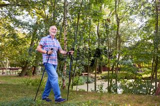 Sportlicher Senior beim Nordic Walking
