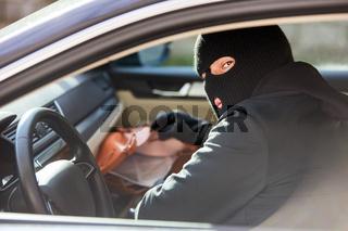 Dieb beim Handtasche stehlen nach Auto Einbruch