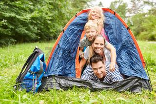 Familie im Zelt beim Camping im Urlaub