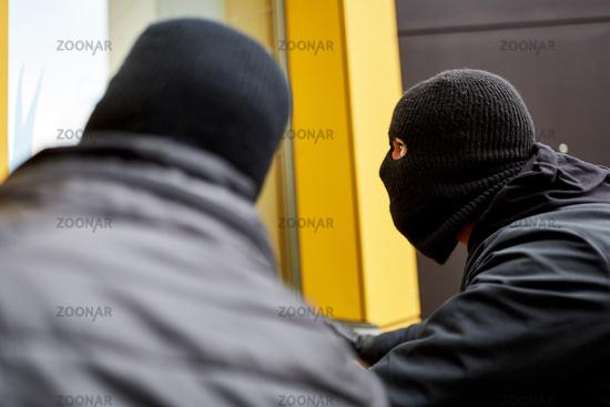 Einbrecher erkunden Haus für Einbruch
