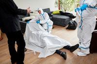 Polizei am Tatort nach Mord neben Leiche