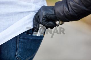 Dieb klaut Handy bei Taschendiebstahl