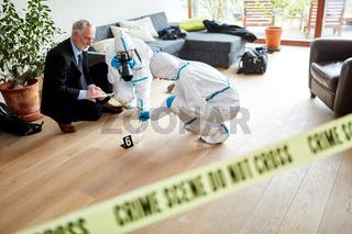 Polizei und Kriminaltechnik arbeiten an Tatort