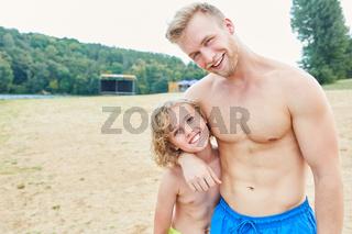 Glücklicher Vater und Sohn am Strand