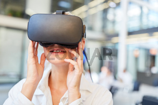 Ärztin lernt Medizin Diagnostik mit VR Brille