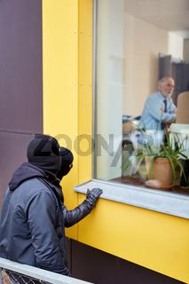 Einbrecher beobachten Bewohner vom Haus