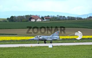 Kampfflugzeug Mirage III landet mit Bremsschirm,Schweizer Luftwaffe,Militärflugplatz Payerne,Schweiz