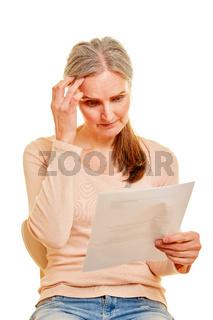 Seniorin mit Rechnung oder Mahnbescheid