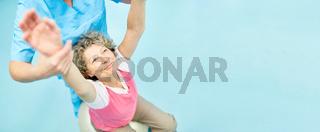 Seniorin macht Rückengymnastik bei Reha