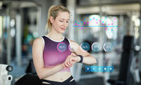 Frau mit Smart Watch als Fitnesstracker