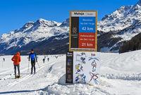 Schild mit Distanzangabe und Fair-Play-Regeln am Engadin Skimarathon