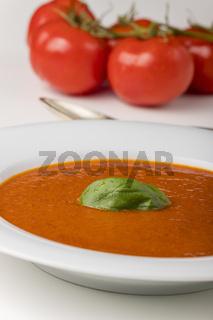 frische Tomatensuppe in einer Schüssel