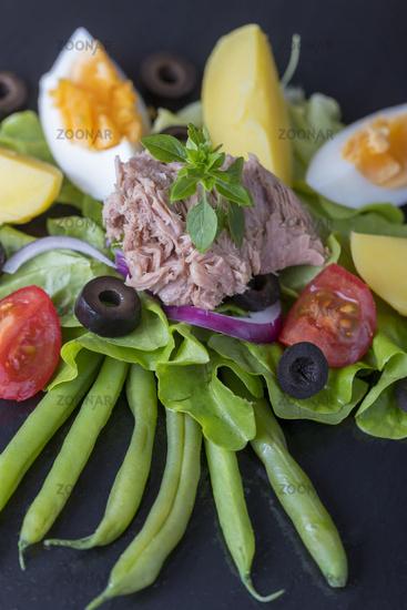 Salat Nicoise auf Schiefer