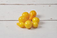 Gelbe Tomaten auf verwittertem Holz - Yellow tomatoes on weathered wood
