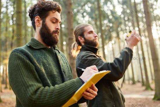 Förster messen Baumhöhe mit Entfernungsmesser