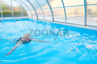 Senior Frau beim Brustschwimmen