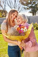 Mutter bedankt sich für Blumenstrauß zum Muttertag