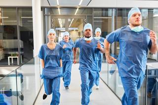 Ärzte Notfall Team läuft schnell zu einem Einsatz