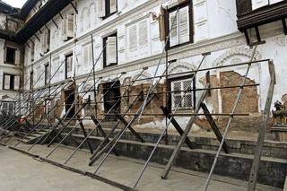 Stützen am erdbebengeschädigten alten Königspalast im Krönungshof, Nasal Chowk, Kathmandu, Nepal