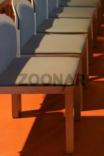 Bankreihen Stühlen wirft Schatten