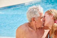 Verliebtes Paar Senioren gibt sich einen Kuss