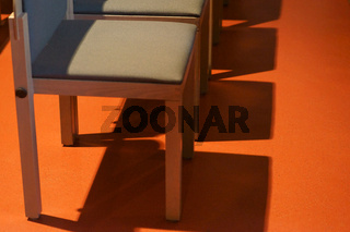 Stühle werfen Schatten