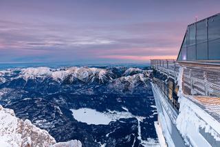 Blick auf den zugefrorenen Eibsee vom Gipfel der Zugspitze bei Tagesanbruch