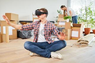 Mann mit Virtual Reality Brille im neuen Haus