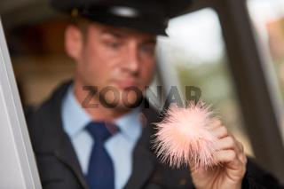 Polizist bei Spurensicherung am Tatort