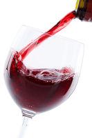 Wein einschenken eingießen aus Weinflasche Hochformat Rotwein freigestellt Freisteller