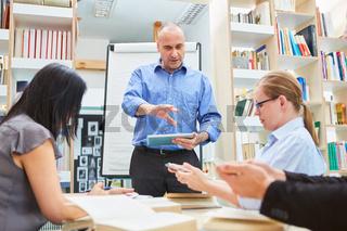 Dozent oder Coach in einem Uni Seminar