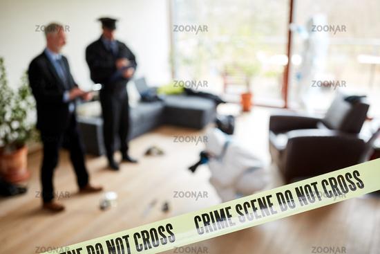 Polizei mit Kriminaltechnik am Tatort nach Verbrechen