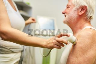 Ärztin behandelt Senior Patient mit Ultraschall