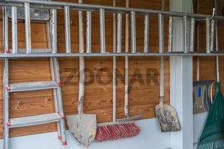 Ordnung von Gartenwerkzeug in einer Garage an der Wand