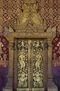 Eingangsportal mit komplexen vergoldeten Schnitzereien, Tempel Wat Sen Soukharam, Luang Prabang, Lao