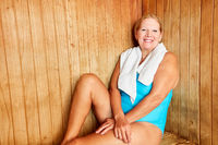 Senior Frau entspannt sich in der Sauna